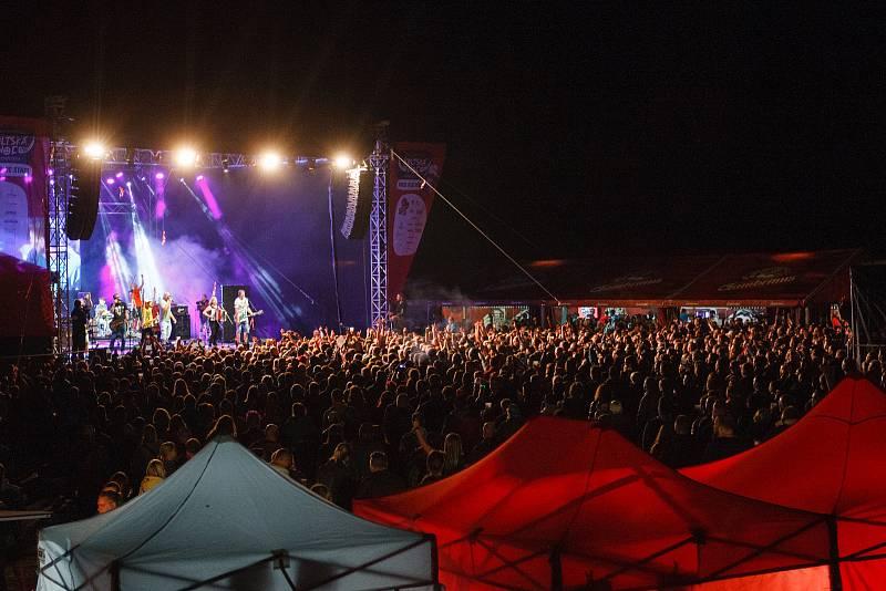 Festival Keltská Noc! 2019 pod skokanskými můstky v Harrachově. Koncert kapely Tři sestry.