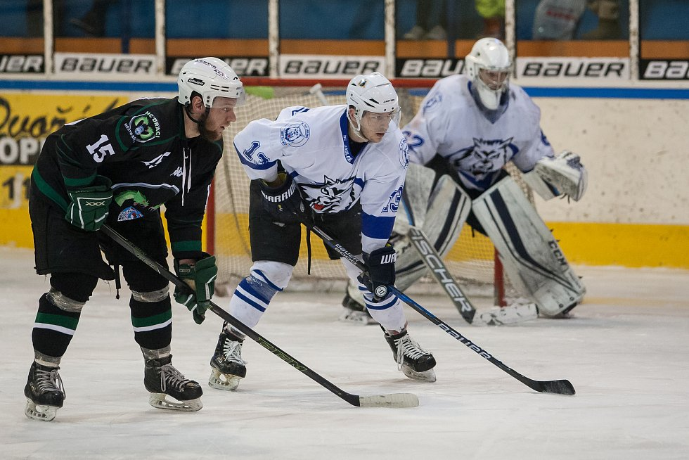 Utkání 42. kola 2. ligy ledního hokeje skupiny Západ se odehrálo 21. února na zimním stadionu v Jablonci nad Nisou. Utkaly se týmy HC Vlci Jablonec nad Nisou a HC Draci Bílina. Na snímku druhý zleva Tomáš Čechura.