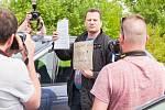 Petr Veselý z Ústí nad Labem přijel 22. května na podporu Jiřího Kajínka k věznici v Rýnovicích a přivezl mu tisíc korun. Sám je bývalý vězeň..
