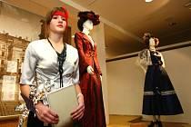 Expozicemi Muzea skla a bižuterie v Jablonci nad Nisou v pátek večer provedli žáci ZŠ Liberecká a motýl, který láká na právě probíhající výstavu Ingrid víc než jen značka.