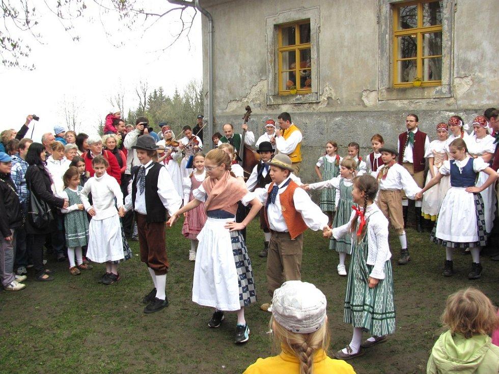 Folklorní soubor Nisanka a Malá Nisanka.