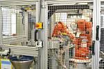 V jabloneckém závodě ABB mají i velké roboty. Jde o linku v bezpečně uzavřeném prostoru.