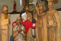 """Loučenský betlém v životní velikosti v kostelíku sv. Josefa a jeho řezbář Ivan """"Dědek"""" Šmíd."""