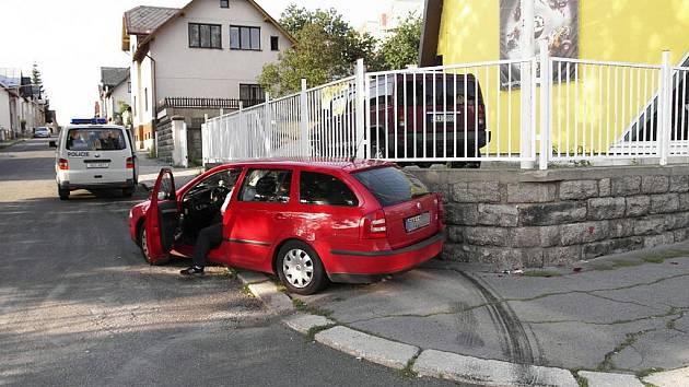Řidič skončil po smyku v kamenné zídce.