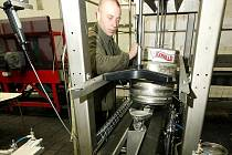 Linka na plnění sudů pivem ve Vratislavickém pivovaru Konrad.