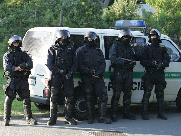 Policejní opatření při rizikových fotbalových utkáních. Ilustrační snímek.
