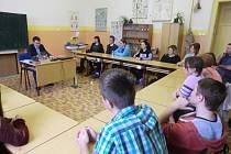 Hejtman Libereckého kraje Martin Půta (modrý oblek) studentům představil svůj úřad.