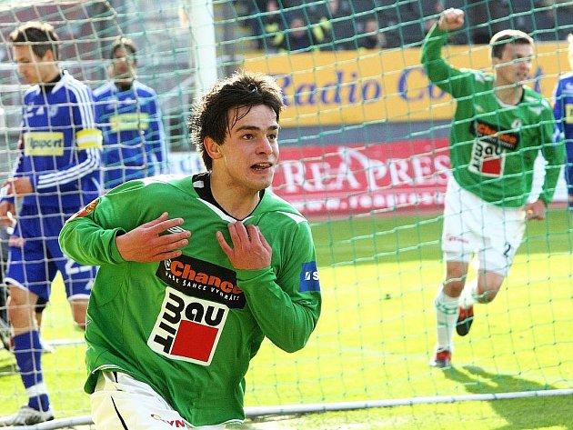 Haurdić při oslavách vstřelené branky svlékl dres a dostal od rozhodčího Patáka žlutou kartu, která ho jistě tolik nemrzí.