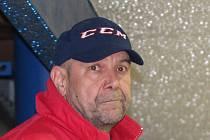 Trenér Karel Hornický o sobě říká: Jsem vzteklej a  ještě tvrdohlavej. Hlavně, když kluci na ledě nedělají to, co mají.