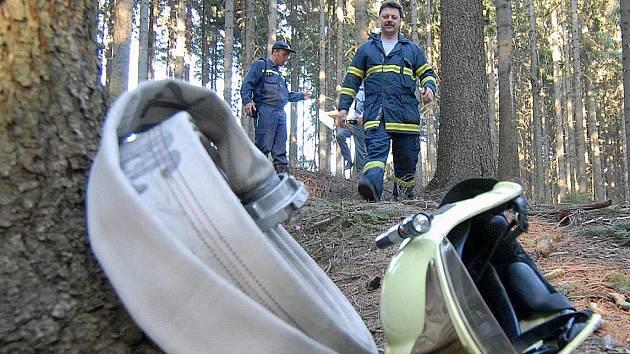 Likvidace požáru lesa. Ilustrační snímek.