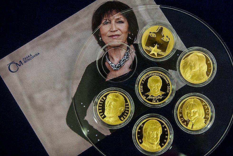 Zpěvačka Marta Kubišová navštívila 5. října Českou mincovnu v Jablonci nad Nisou u příležitosti ražby zlaté mince se svým portrétem. Na snímku je kolekce mincí Slavíci ve zlatě.