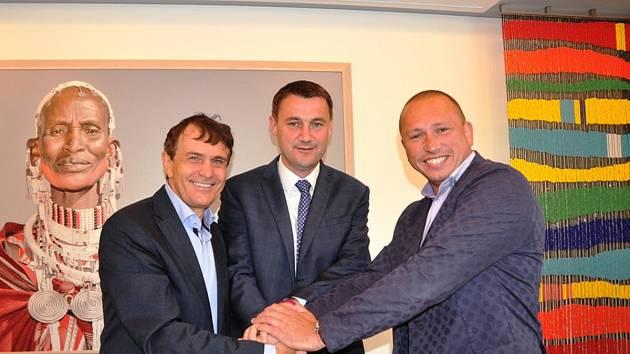 Zleva předseda představenstva Preciosy Ludvík Karl, hejtman Martin Půta a ředitel SUPŠS Libor Doležal.