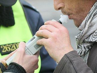 Kontrola alkoholu v dechu přístrojem Drager. Ilustrační snímek