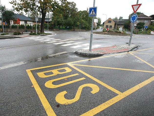 Problémy s bezpečností nejen chodců, ale všech účastníků silničního provozu, vyřešili v Jenišovicích výstavbou malého kruhového objezdu a úpravou navazujících prostor a komunikací.