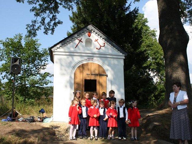 Kaplička na Proseči a dětský sbor Skřivánek