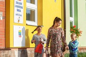 Rodiče vedou 4. září prvňáky do základní školy v Mříčné na Semilsku