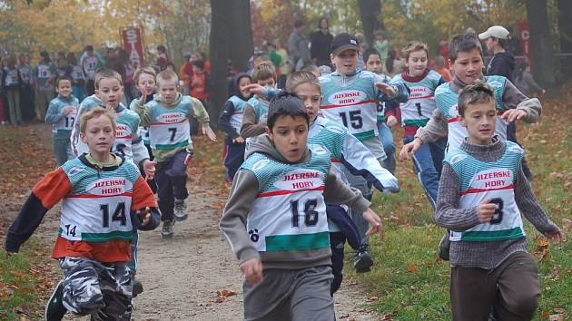 Start žáků ZŠ Šumava v přespolním běhu, který pro školy pořádá agilní Ski klub Jablonec.