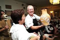 Oslavy patnáctiletého výročí folklorního souboru Šafrán se konaly v jablonecké Baráčnické rychtě. V programu vystoupili: Šafráni, Franta Mašek - harmonikář, Furianti z Malé Bělé byli překvapením a Ohňovou šou ukázal Kája Sýkorka.