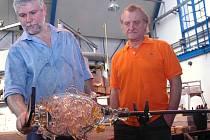 Barack Obama dostal od exprezidenta Václava Havla vázu, kterou vytvořil Bořek Šípek v huti Střední průmyslové školy sklářské v Novém Boru.
