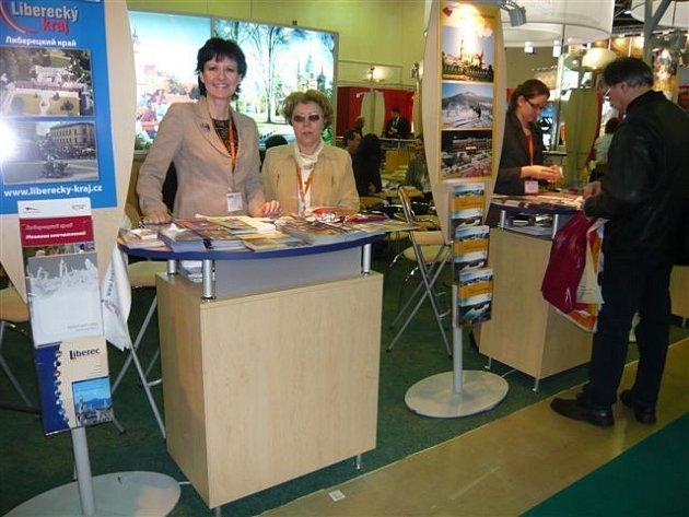 Na  veletrhu cestovního ruchu v Moskvě reprezentovali na stánku Libereckého  kraje turistické možnosti  regionu Eva Hamplová  (vlevo) a Eva Čížková.