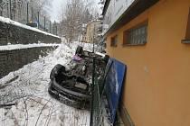 Havarované auto v Podhorské ulici v Jablonci nad Nisou.