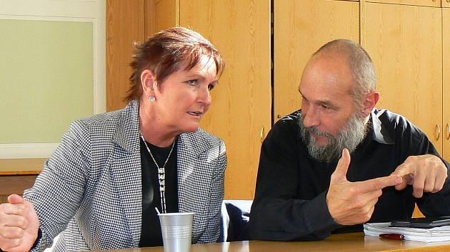 Pravidelné jednání městského zastupitelstva v Jablonci nad Nisou dne 23. října 2008. Zastupitelka a senártorka za Jablonecko Soňa Paukrtová a architekt Ivan Lejčar.