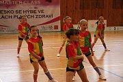 Tělocvična v Železném Brodě patřila po celý pátek aerobiku. Jana Boučkové z Fit Studia zde pořádala postupovou soutěž. Na palubovce se představily všechny věkové kategorie se svými sestavami.