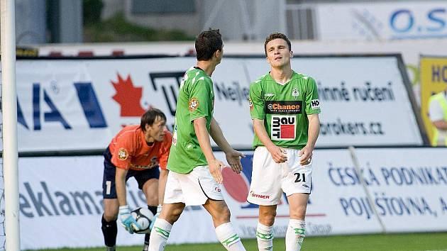 V podještědském derby hostil FK Baumit Jablonec  FC Slovan Liberec. Na snímku domácí útočník David Lafata  ( vpravo ) se svým spoluhráčem Pavlem Eliášem krátce po té, co neproměnil jednu ze svých tutovek v průběhu první půle utkání.