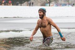 Silvestrovské koupání v přehradě v Jablonci nad Nisou, Jablonecký iceman, proběhlo 31. prosince.