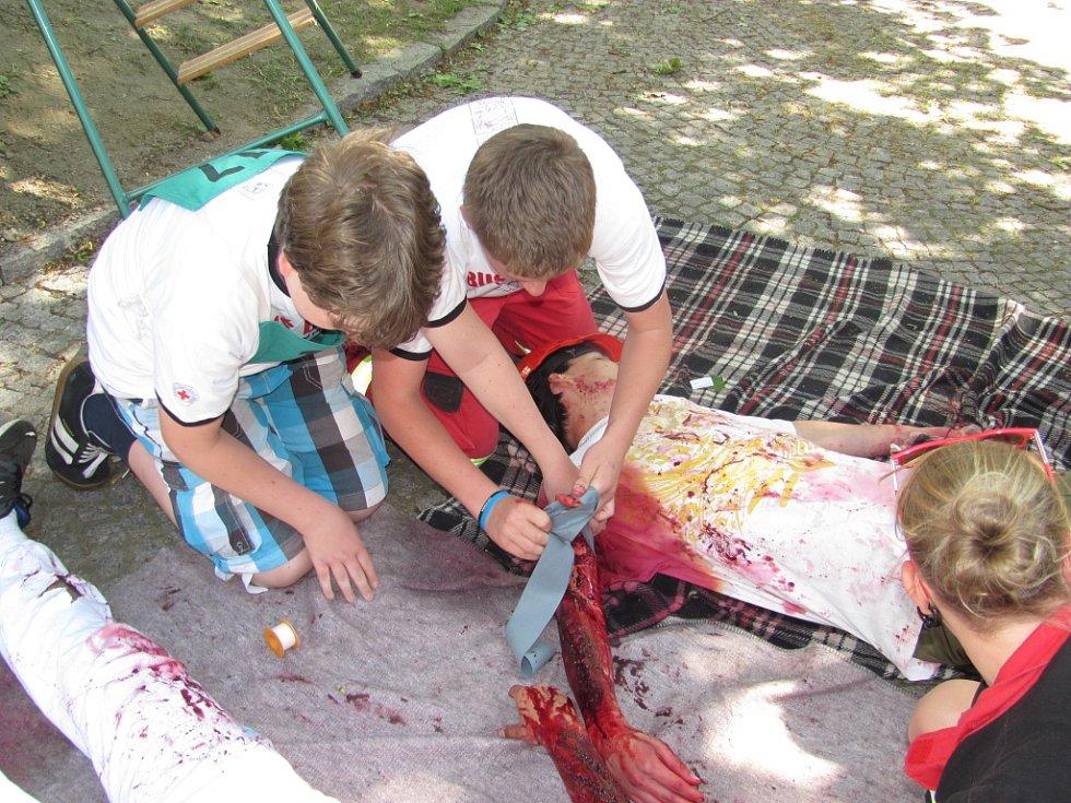 V pátek po celý den patřil střed města mladým zdravotníkům z Libereckého a Ústeckého kraje, kteří přijeli bojovat v soutěži o postup na republikové kolo. Velmi reálně namaskovala Jitka Kurfiřtová z jabloneckého ČČK tepenné krvácení po zranění motorovou pi
