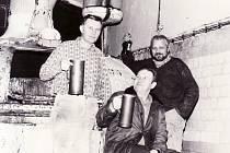 Jiří Novotný (vlevo), sladmistr Miroslav Zachoval a vařič Vladimír Skácelík při poslední várce piva v Pivovaru Jablonec n. N. 29. listopadu 1990.