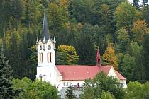 Josefův Důl v Jizerských horách. Kostel postaven v letech 1862/65 - v novogotickém slohu. Zasvěcen Proměnění Páně.