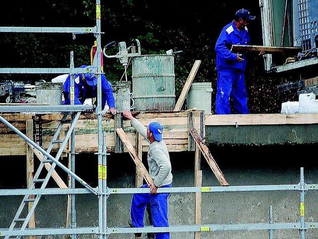 Celý projekt výstavby nového zábradlí má skončit do konce září. Během konání festivalu Benátská noc staveniště provizorně zajistí.