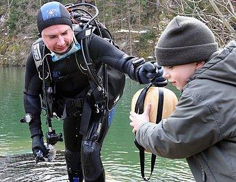 Sedmý ročník velikonočního vejce v lomu v Jesenném vyhrál Jiří Lukš z Rokycan po padesátiminutovém hledání ve vodě o teplotě 4 stupně.