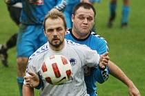 Hodkovice doma prohrály s Ruprechticemi těsně 1:0. Na snímku je Vladimír Antoš z Ruprechtic, za ním Václav Bouška z Hodkovic.