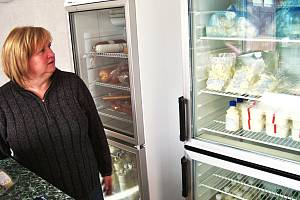 Věra Pelikánová v prodejně regionálních potravin ve Splzově.