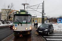Automobil nedal na výjezdu z ulice U Nisy v Jablonci přednost tramvajové soupravě linky 11.
