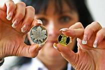 Správce trezoru jablonecké České Mincovny Eva Bohatá představila stříbrnou a zlatou verzi pamětní medaile s tématikou Zimních olympijských her ve Vancouveru, která je určena pro numismatický trh.