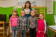 Prvňáci ze Základní školy Víchová nad Jizerou se fotili do projektu Naši prvňáci. Na snímku je s nimi třídní učitelka Celestýna Krausová.