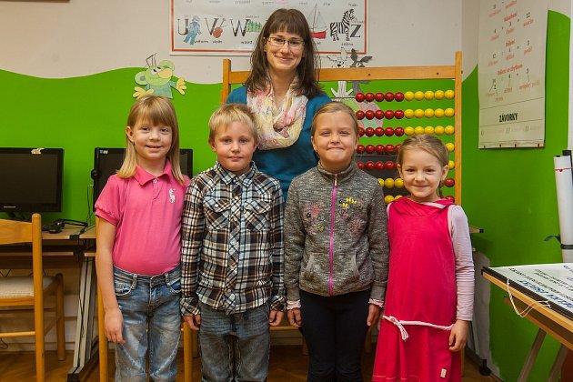 Prvňáci ze Základní školy Víchová nad Jizerou se fotili do projektu Naši prvňáci. Na snímku je snimi třídní učitelka Celestýna Krausová.