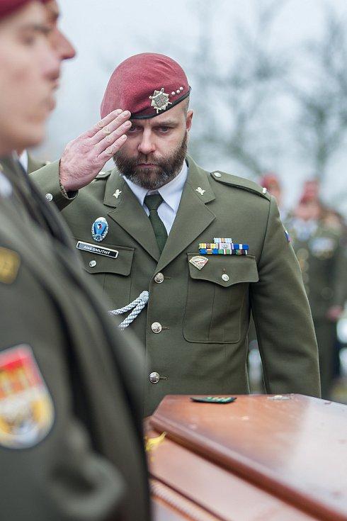 Pohřeb českého válečného veterána Jaroslava Mevalda, který zemřel 10. listopadu ve věku 39 let, proběhl 22. listopadu v kostele sv. Františka z Pauly v Albrechticích v Jizerských horách. Na nsímku je voják Aleš Smutný.
