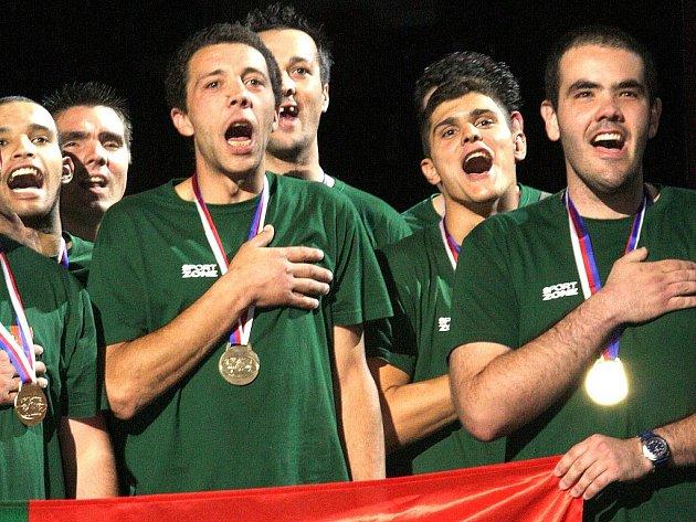 Poslední medailisté byli spolu s nejlepšími sportovci her Global Games 2009 oceněni na pondělním večerním slavnostním ukončení v liberecké Tipsport areně. Oficiality po 22. hodině vystřídala volná a velmi spontánní zábava na ploše.