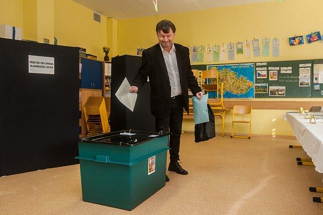 Jindřich Berounský (Česká strana sociálně demokratická) odevzdal 6.října vJablonci nad Nisou svůj hlas ve volbách do zastupitelstva a doplňovacích volbách do Senátu Parlamentu České republiky.