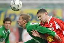 Dušan Nulíček hlavičkuje před dotírajícím Plzeňským hráčem.