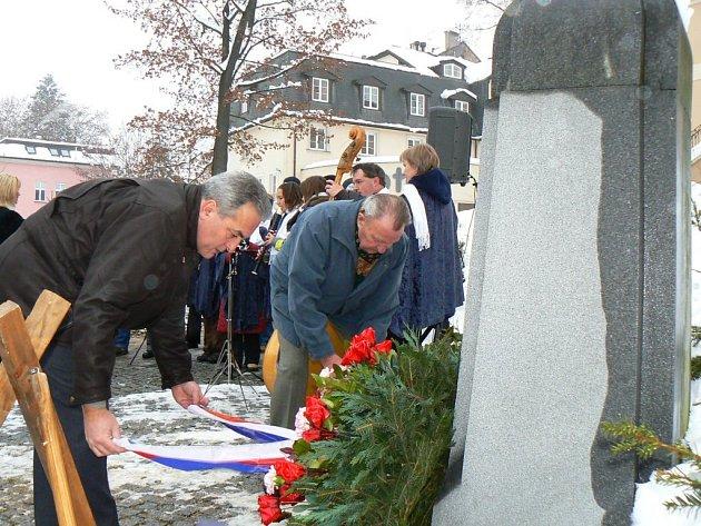Starosta Jablonce Petr Tulpa a Zdeněk Neruda, zástupce Českého svazu bojovníků za svobodu, položili v sobotu věnce u pomníku v ulici Generála Mrázka.