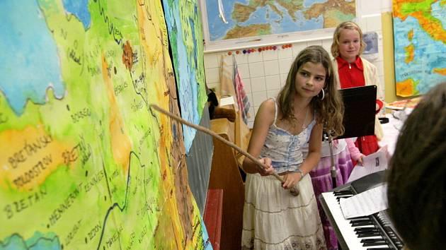 Projektovou práci zaměřenou na život v Evropské unii představili v úterý rodičům a hostům žáci 5. A jablonecké Základní školy Mozartova. Pod vedením třídní učitelky Aleny Srbové tak zúročili své znalosti a dovednosti, kterých během školního roku nabyli.