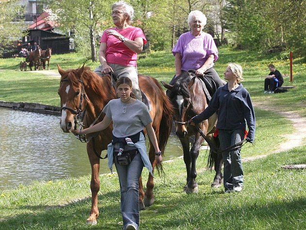 V penzionu pro seniory na Novovesské se jako každý rok konala projížďka klientů na koních a v kočáře. Na snímku Eva Bažantová a Lída Šmídová.