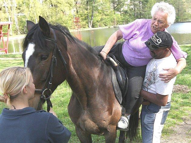 V penzionu pro seniory na Novovesské se jako každý rok konala projížďka klientů na koních a v kočáře. Na snímku vystupuje Lída Šmídová.