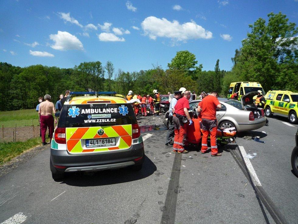 PŘI NEHODĚ v Mírové pod Kozákovem nedaleko Turnova se v sobotu po poledni zranilo sedm lidí, z toho tři těžce. Havarovala tři auta a jedno z nich smetlo také dva cyklisty.