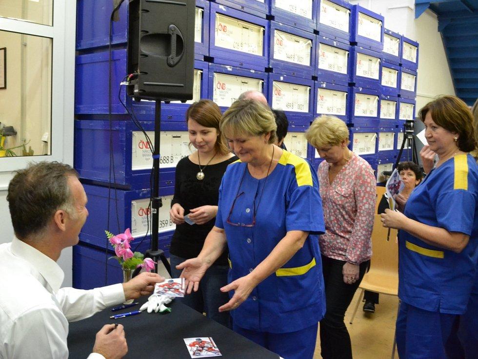 Dominik Hašek se podepisuje v České mincovně